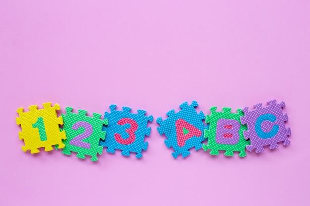 Kinderachtig alfabet puzzel met getallen
