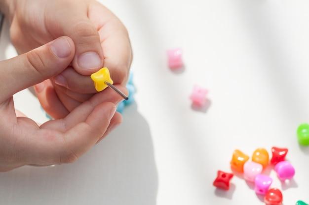 Kinderactiviteit om ontwikkeling, motoriek, denken, coördinatie te bevorderen.