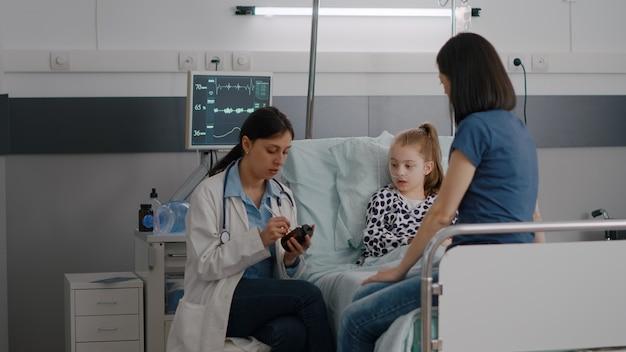 Kinderarts arts die medicamenteuze behandeling uitlegt over ziekte-expertise