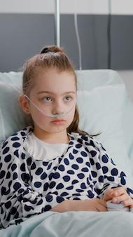 Kinderarts-vrouw arts die medische ziekte-expertise uitlegt over de behandeling van de gezondheidszorg tijdens herstelonderzoek op de ziekenhuisafdeling. klein ziek kind herstelt na medicijnoperatie