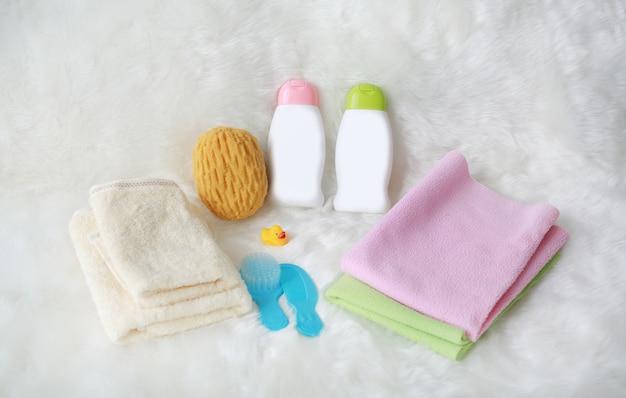 Kinderbadproducten en hygiënepunten op wit