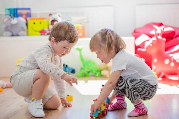 Kinderdagverblijven spelen samen in de speelkamer