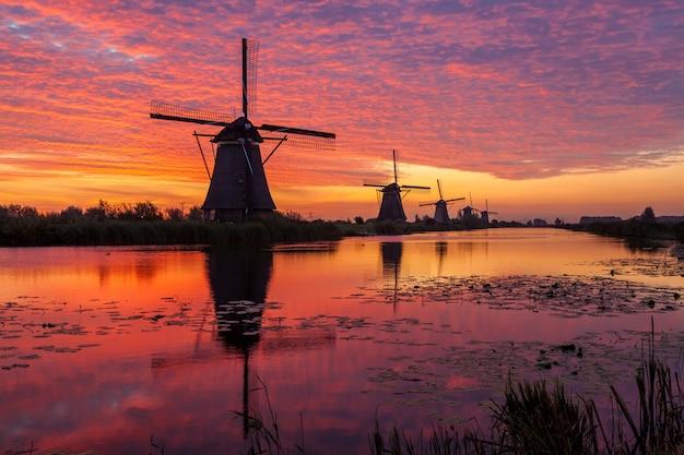 Kinderdijk in holland tegen zonsopgang
