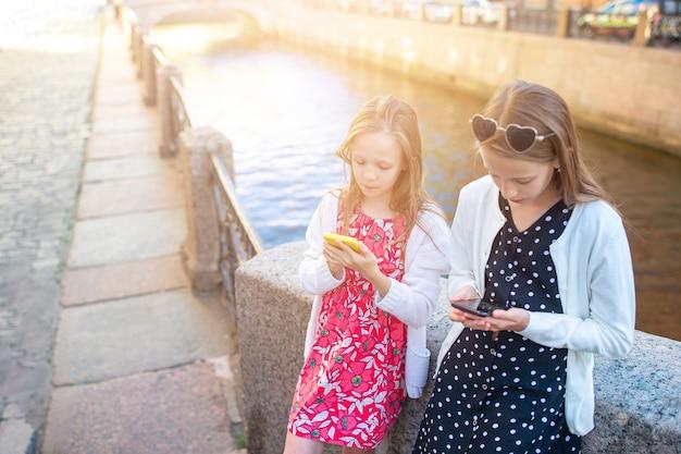 Kinderen aan de zomer waterkant in sint-petersburg