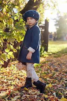 Kinderen baby in retro herfst lente kleding. klein kind zitten lachend in de natuur