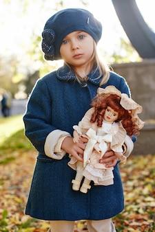 Kinderen baby in retro herfst lente kleding.