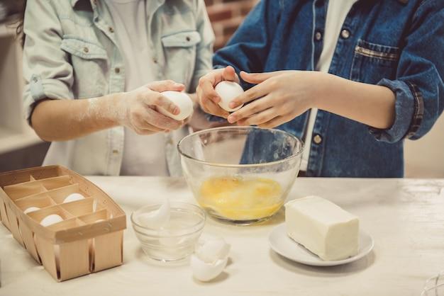 Kinderen bakken in de keuken