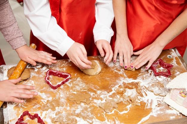Kinderen bereiden peperkoek voor op kerstmis.