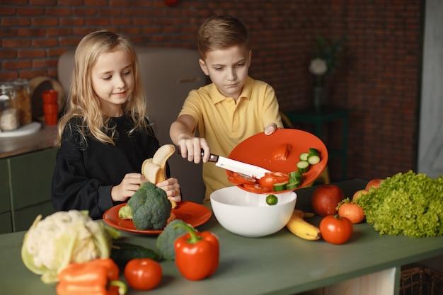 Kinderen bereiden salan in een keuken