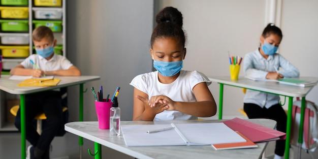 Kinderen beschermen zichzelf met gezichtsmaskers