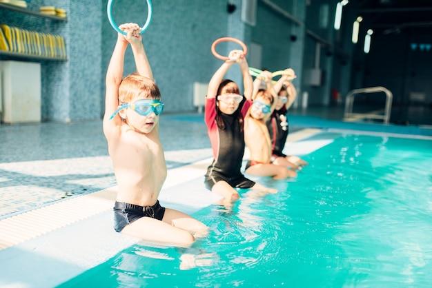 Kinderen bij het zwembad