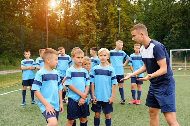 Kinderen bij voetbaltraining met bank