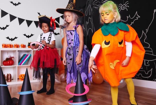 Kinderen brengen actief tijd door op halloweenfeest
