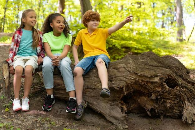 Kinderen brengen samen tijd door in de natuur