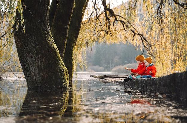 Kinderen brengen tijd buiten door in frisse en koude lucht kleine kinderen spelen in de natuur