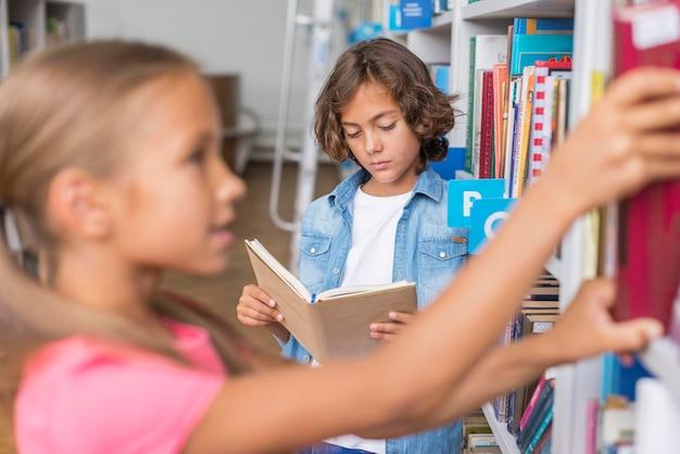 Kinderen brengen tijd door in de bibliotheek