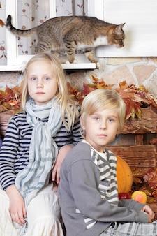 Kinderen broer of zus - jongen, meisje en kat