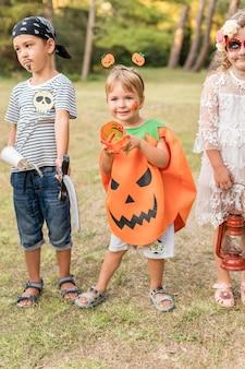 Kinderen buiten verkleed voor halloween