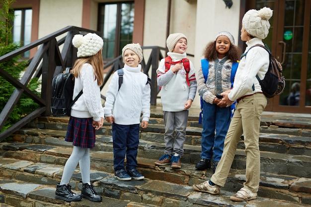 Kinderen chatten op schooltrappen