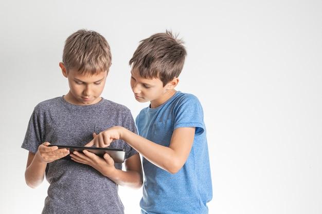 Kinderen die de digitale computer van tabletpc gebruiken