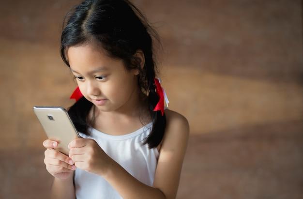 Kinderen die de telefoon spelen