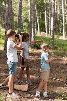 Kinderen die deelnemen aan een speurtocht