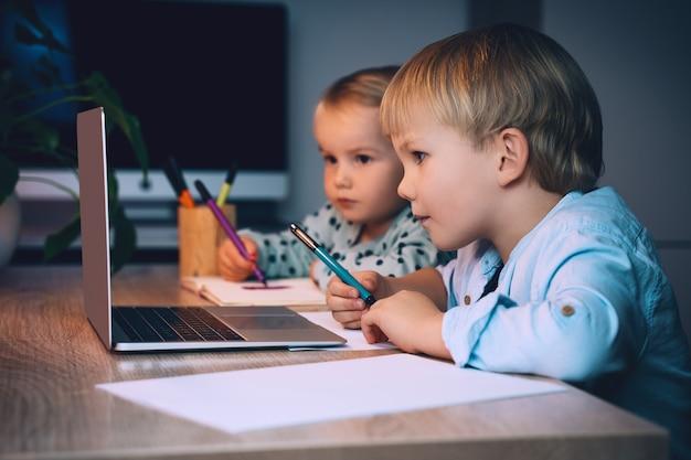 Kinderen die digitale technologie en internetcommunicatie gebruiken, online onderwijs op afstand voor kinderen