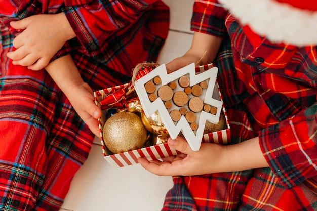 Kinderen die doos met decoraties houden