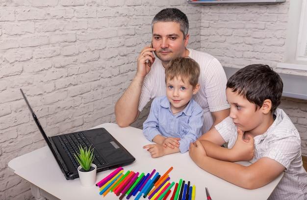 Kinderen die drukke jonge vader afleiden van het werk thuis