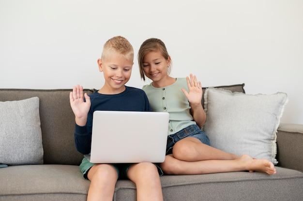 Kinderen die een familievideogesprek voeren