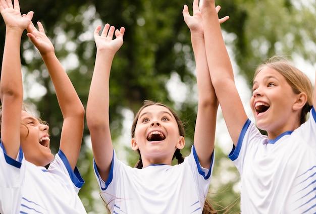 Kinderen die een voetbalwedstrijd winnen
