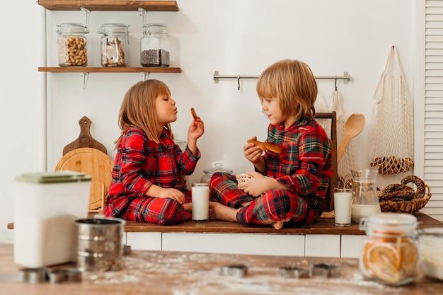 Kinderen die koekjes samen eten op eerste kerstdag
