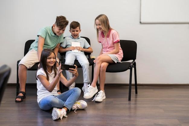 Kinderen die les hebben in technologieonderwijs