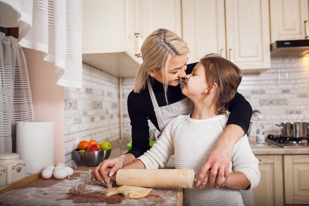 Kinderen die moederhuis thuis voeden