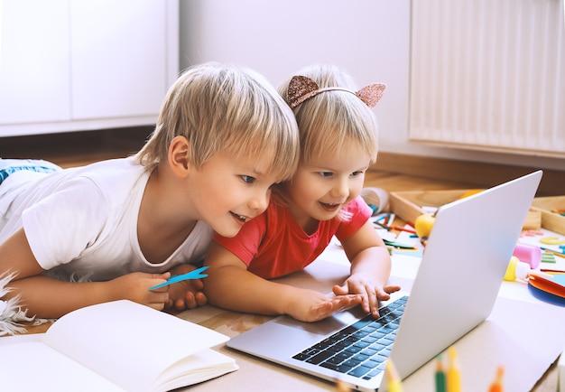 Kinderen die online computertechnologie gebruiken om creatieve kunst te maken en knutselen voor kinderen online onderwijs