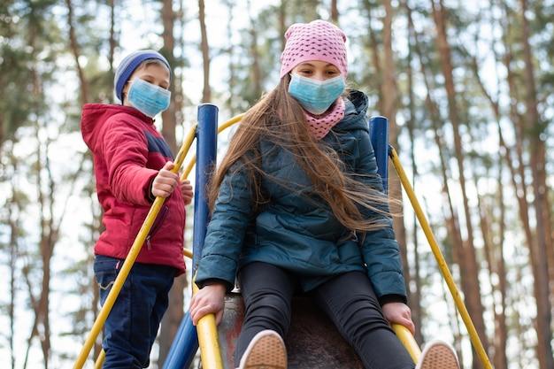 Kinderen die op speelplaats spelen tijdens coronavirusepidemie