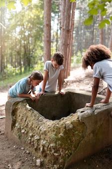 Kinderen die samen op schattenjacht gaan