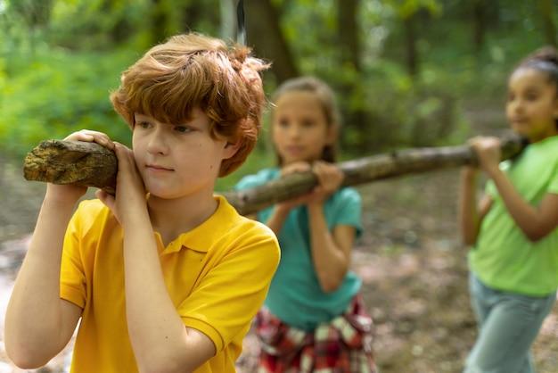Kinderen die samen tijd doorbrengen in de natuur