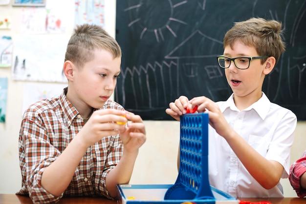 Kinderen die spelen met een logisch spel