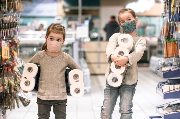 Kinderen die tijdens de pandemie in de supermarkt winkelen.