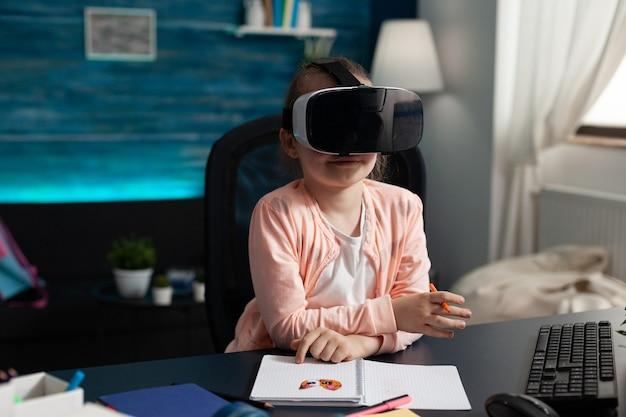 Kinderen die virtual reality ervaren met een headset terwijl ze aan een bureautafel zitten