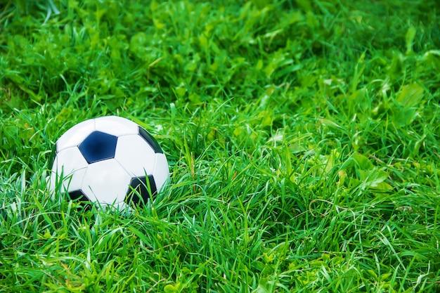 Kinderen die voetbal met een voetbal spelen. selectieve aandacht.
