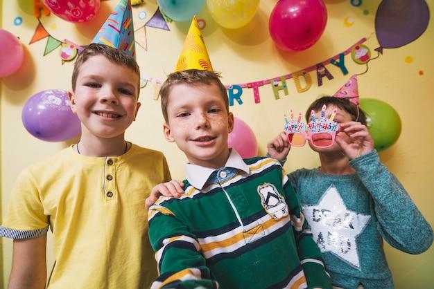 Kinderen die voor selfie op verjaardagsfeestje poseren