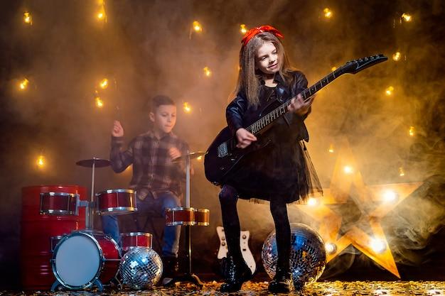 Kinderen die zich voordoen als een rockband