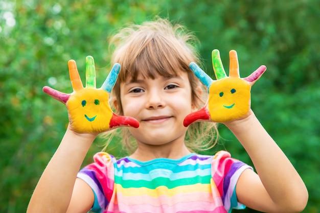 Kinderen dienen kleuren in. zomerfoto. selectieve aandacht.
