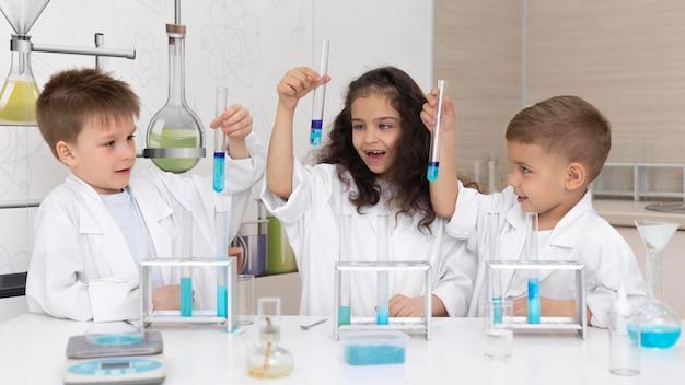 Kinderen doen een chemisch experiment op school