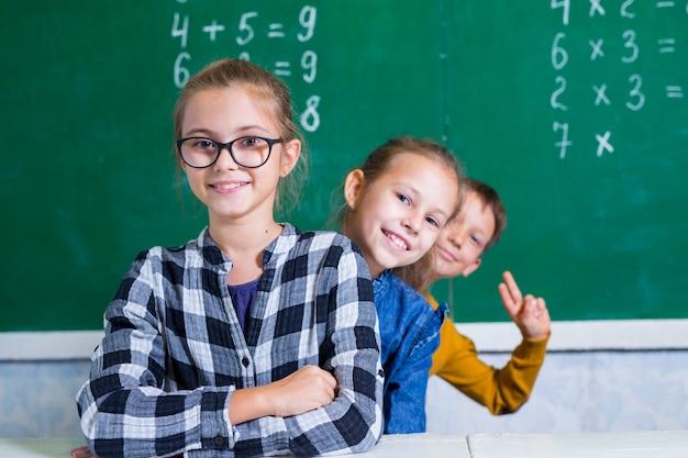Kinderen doen wiskunde op de lagere school.