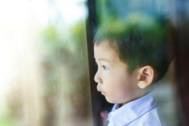 Kinderen door het kijkglas