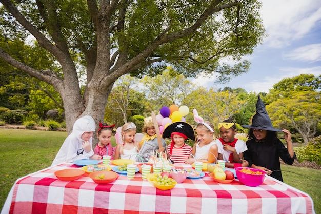Kinderen dragen kostuum plezier tijdens verjaardagsfeestje