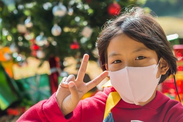 Kinderen dragen maskers om overdraagbare ziekten te voorkomen.